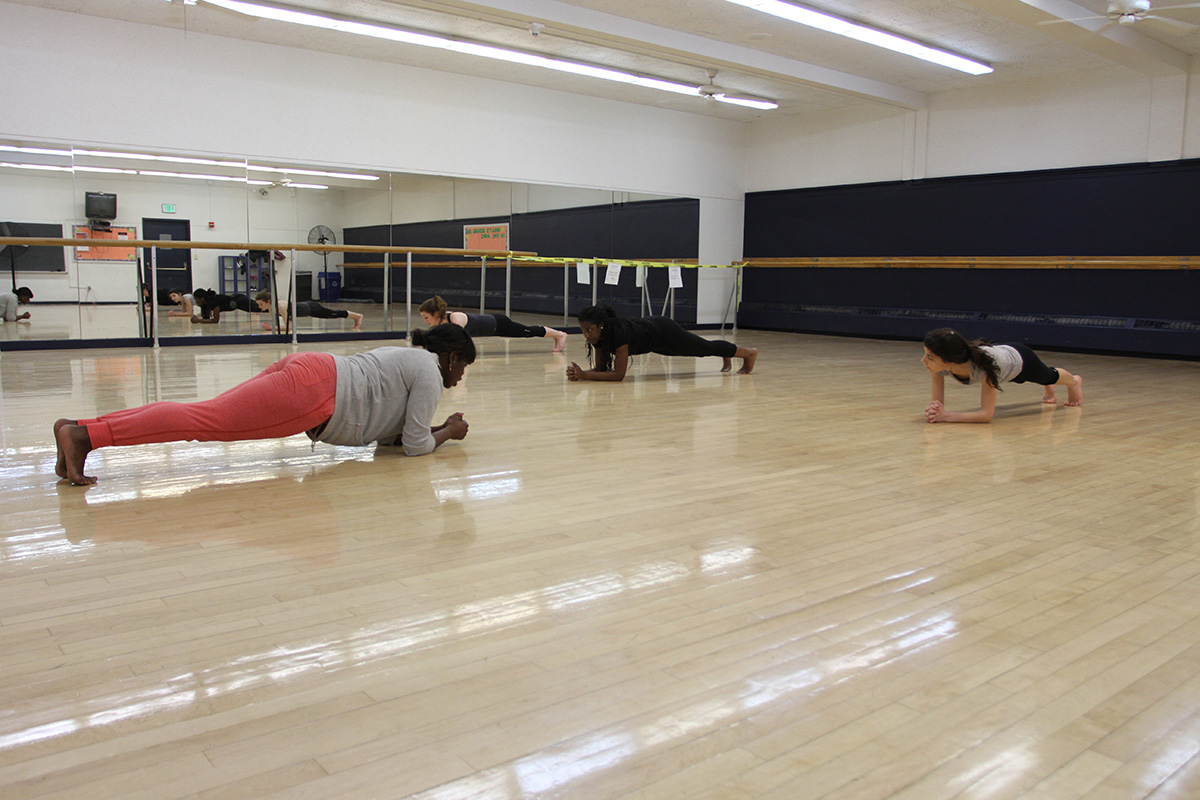 The class is now focusing on abdominal workouts by holding a plank position. Photo by Gabriela Jeronimo.